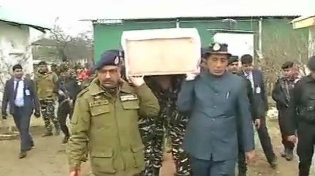 Rajnath Singh, पुलवामा हमला: गृहमंत्री राजनाथ सिंह ने शहीद जवान के पार्थिव शरीर को दिया कंधा