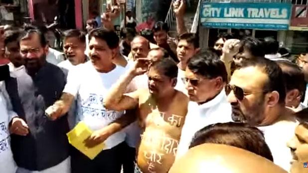 mai bhi chowkidar, बीजेपी कार्यकर्ताओं ने बैंड बजाकर बकरियां चराईं, तो कांग्रेस कार्यकर्ताओं ने नग्न होकर लगाए नारे, देखें वीडियो