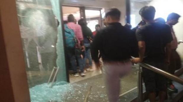 crime news, बदमाशों ने मॉल में की तोड़फोड़ फिर गार्ड को पीटा, देखें वीडियो