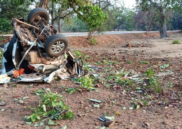 naxal attack, नक्सली हमला: विधायक की गाड़ी के उड़े परखच्चे, 50 मीटर तक सड़क के मिट गए निशान, देखें तस्वीरें