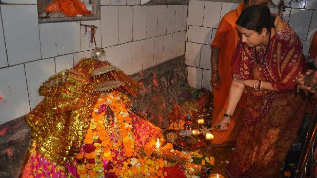 स्मृति ईरानी, अमेठी के इस मंदिर के गर्भ में छिपे हैं कई राज, जानिए क्यों स्मृति ईरानी ने भी लाइन में लगकर किए दर्शन