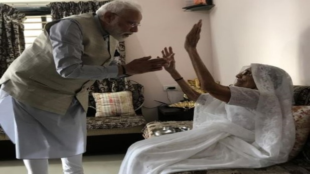 PM Narendra Modi meets mother Heeraben, रानिप में वोट डालने से पहले पीएम मोदी ने लिया मां का आशीर्वाद, देखें VIDEO