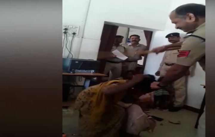 ग्वालियर, गोद में बच्चा लिए बैठी महिला को बेरहमी से पीट रहा था पुलिसकर्मी, VIDEO हुआ वायरल