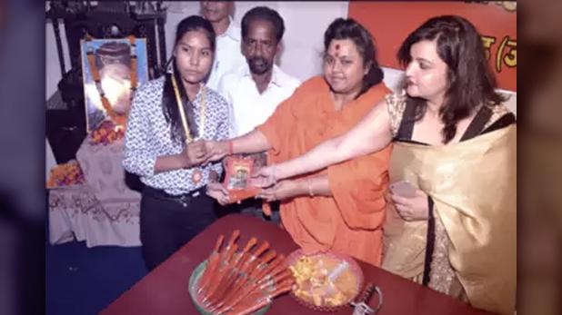 Hindu Mahasabha Distribute Knife, सावरकर जयंती पर हिंदू महासभा ने नाबालिग छात्रों को बांटे चाकू
