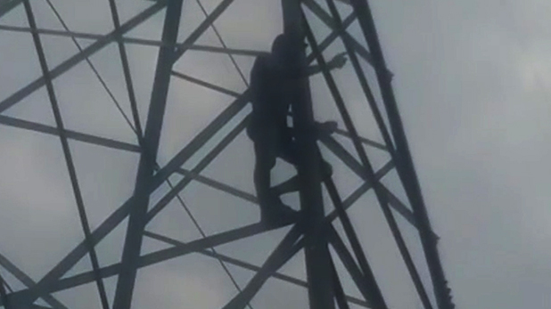 husband-ascended-on-tower-of-high-tension-wire-after-dispute-with-wife, VIDEO: पत्नी गई मायके तो हाई वोल्टेज टावर पर जा चढ़ा पति