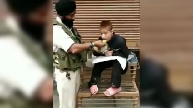 crpf-havaldar-iqbal-singh-feeds-his-lunch-to-a-paralytic-child, CRPF जवान ने बच्चे को खिलाया अपने हिस्से का खाना, वीडियो हुआ वायरल