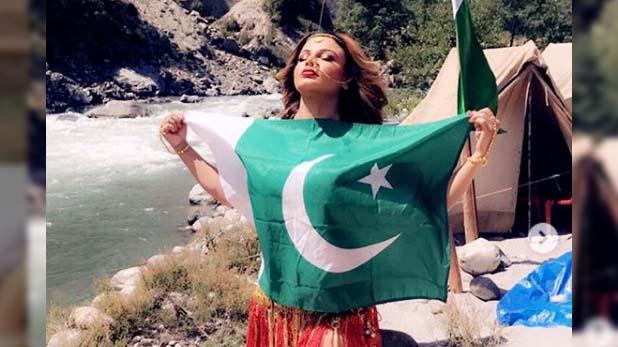 Rakhi Sawant, पाकिस्तानी झंडे के साथ पोज देती नजर आईं राखी सावंत
