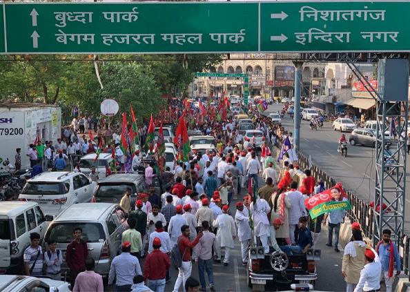 Sonakshi Sinha, मां के प्रचार में उतरी सोनाक्षी सिन्हा, रोड शो कर मांगे वोट, देखें तस्वीरें