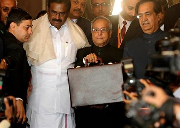 Nirmala Sitharaman Budget 2020 Photos, Budget 2020 : लाल रंग के कपड़े में 'बहीखाता' लपेटकर संसद पहुंचीं वित्त मंत्री, पिछली बार तोड़ी थी परंपरा