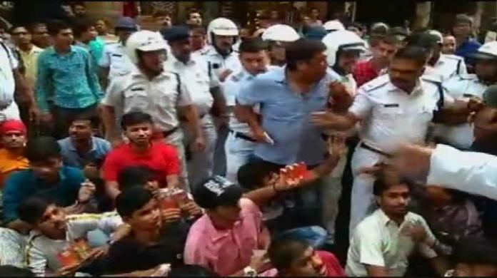 West Bengal Hanuman Chalisa, VIDEO: हनुमान चालीसा का पाठ कर रहे लोगों को ममता की पुलिस ने रोका