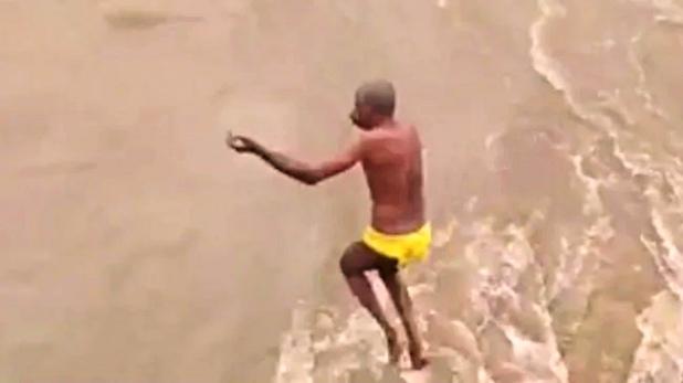 karnataka, उफनती नदी में 60 साल के पुजारी ने लगा दी छलांग, 2 दिन बाद सकुशल आया पानी से बाहर