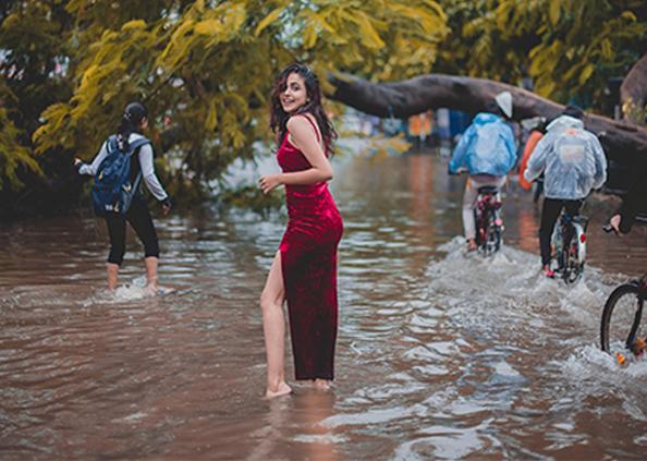 bihar Flood, बिहार की बाढ़ में जलपरी बनी मॉडल, पानी के बीच कराया फोटोशूट