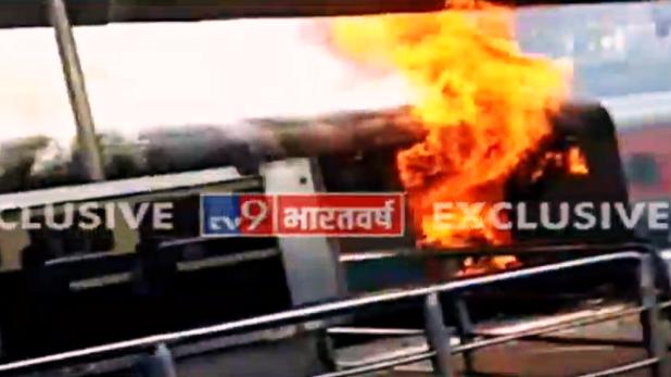 indian railways, नई दिल्ली रेलवे स्टेशन के प्लेटफॉर्म नंबर आठ पर खड़ी ट्रेन में लगी आग, मची अफरातफरी