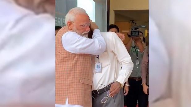ISRO Chiefs k sivan PM Modi, VIDEO: ISRO चीफ के आंसू छलके तो PM मोदी ने मजबूती से गले लगाया, पीठ पर फेरते रहे हाथ