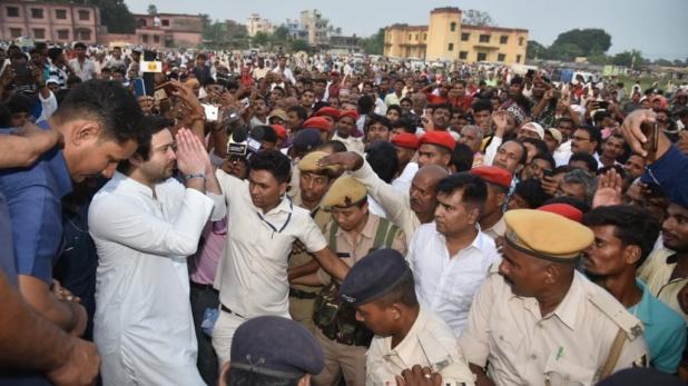 Tejashwi Yadav, तेजस्वी यादव की चुनावी रैली में मची भगदड़, जमकर चलीं कुर्सियां, देखें VIDEO
