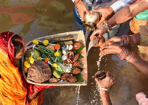 people celebrated Chhath offering arghya to Sun, सूर्य को अर्घ्य देकर देशभर में पूर्वांचल वासियों ने मनाया छठ का महापर्व, देखें तस्वीरें