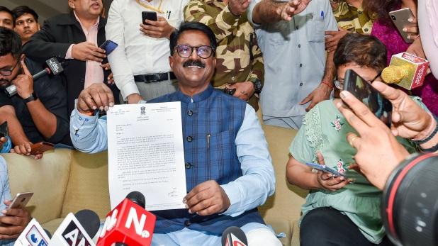 Maharashtra Govt Crisis, महाराष्ट्र में सरकार गठन की स्थिति साफ नहीं, गवर्नर ने NCP को दिया न्यौता