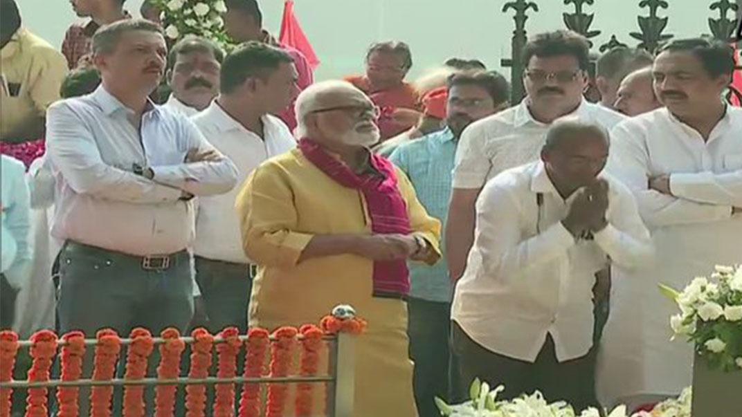 Devendra Fadnavis At Bal Thackeray Memorial, इस बार कांग्रेस-एनसीपी ने भी दी बाल ठाकरे को श्रद्धांजलि