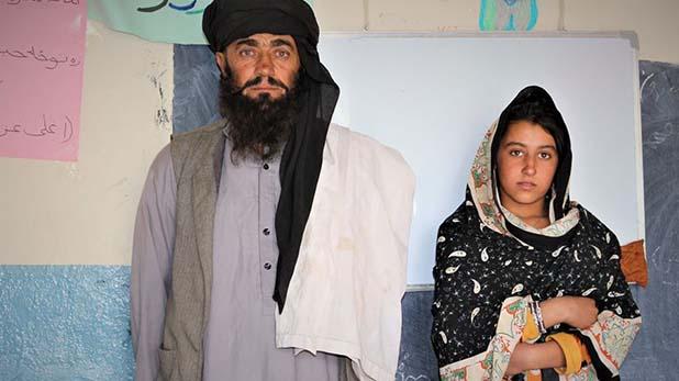 Mia khan travels 12 kilometres daily to educate daughters, मिसाल: बेटियों की शिक्षा के लिए इस पिता ने समर्पित कर रखा है जीवन