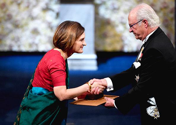 Nobel Prize Winner List 2019, अभिजीत बनर्जी ने पहनी धोती तो पत्नी एस्थर डिफ्लो ने साड़ी, नोबेल प्राइज सेरेमनी में छाया देसी अंदाज