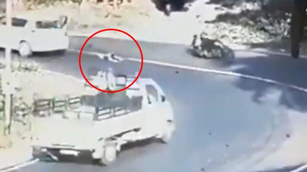IPS officer warning child lock danger safety, मोड़ पर खुला कार का दरवाजा और रोड़ पर जा गिरा बच्चा, VIDEO दिखा IPS ने दी वार्निंग