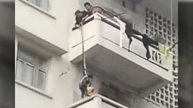Viral Video From China, VIRAL VIDEO : दादी ने पोते को पांचवीं मंजिल से लटका दिया, वजह जान रह जाएंगे दंग