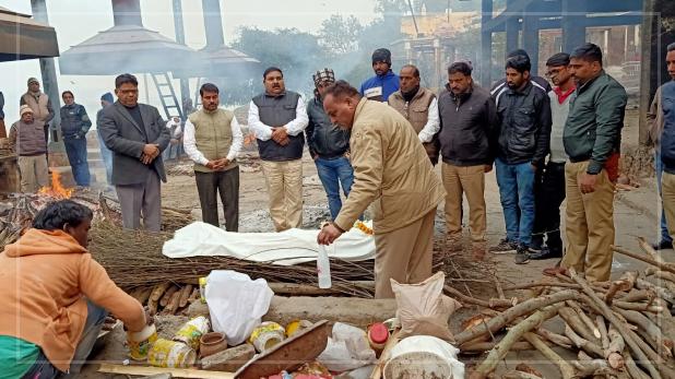Agra Police Cremates Rape Victim, रेप पीड़िता ने अस्पताल में तोड़ा दम, परिवार नहीं आया तो यूपी पुलिस ने किया अंतिम संस्कार
