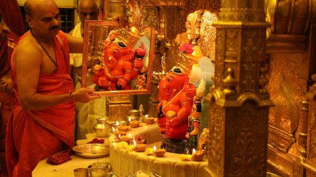 Siddhivinayak temple Mumbai, सिद्धिविनायक मंदिर में भक्त ने दान किया 35 किलो सोना
