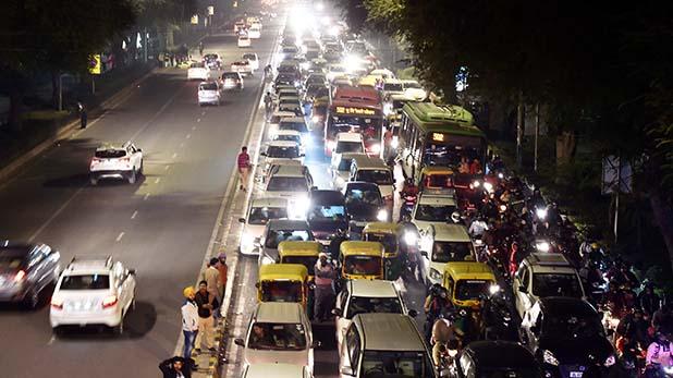 jammed roads on the first day of the new year, प्रदर्शनकारियों और यात्रियों के कारण नए साल के पहले दिन दिल्ली की सड़कों पर लगा भारी जाम