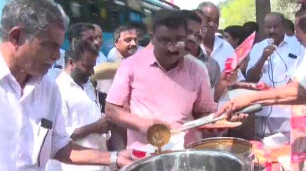 congress workers distribute beef-curry in kerala, केरल में कांग्रेस ने थाने के सामने बांटा बीफ, साथ में खाने को रोटी भी