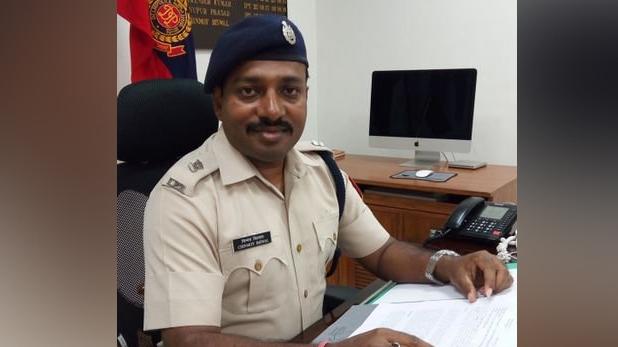 DCP Chinmoy Biswal, शाहीन बाग में फायरिंग के बाद चुनाव आयोग सख्त, साउथ-ईस्ट दिल्ली के DCP चिन्मय बिस्वाल को हटाया