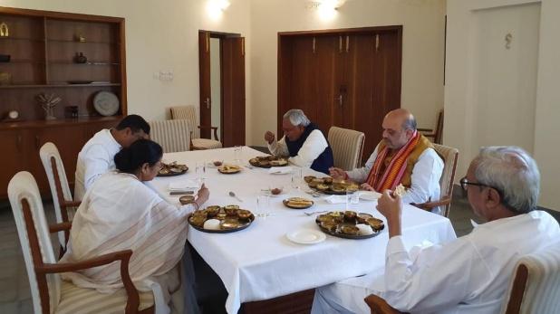 Union Home Minister, नवीन पटनायक धुर विरोधियों को लाए करीब, एकसाथ भोजन करते दिखे अमित शाह-ममता बनर्जी