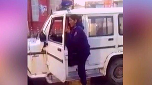 female constable singing, महिला कांस्टेबल कांता ने पुलिस वैन के माइक पर गाया गाना, VIDEO वायरल