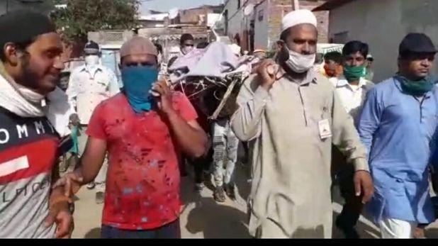 neighboring Muslims shouldered the bier of hindu man and performed the last rites, नहीं आ सका परिवार तो पड़ोसी मुसलमानों ने दिया अर्थी को कंधा, हिंदू रीति-रिवाज से किया अंतिम संस्कार