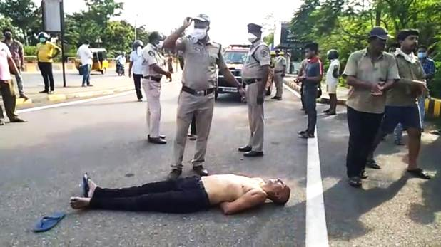 Doctor protests in Visakhapatnam, सस्पेंड डॉक्टर ने सरेआम शर्ट उतारकर जताया सरकार का विरोध, हाथ बांध कर ले गई पुलिस