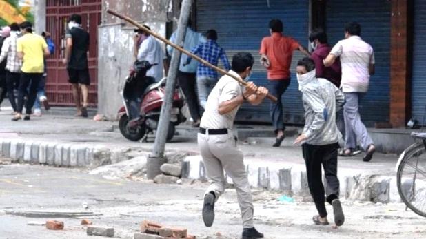 Liquor shops in delhi, Lockdown: दिल्ली में शराब की दुकान पर Social Distancing के लिए लाठीचार्ज, मची भगदड़