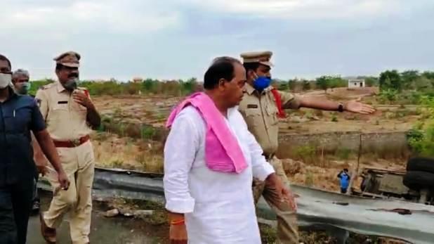 Two road accidents in Telangana, तेलंगाना के 2 जिलों में सड़क हादसा, 3 प्रवासी मजदूरों की मौत और कई घायल