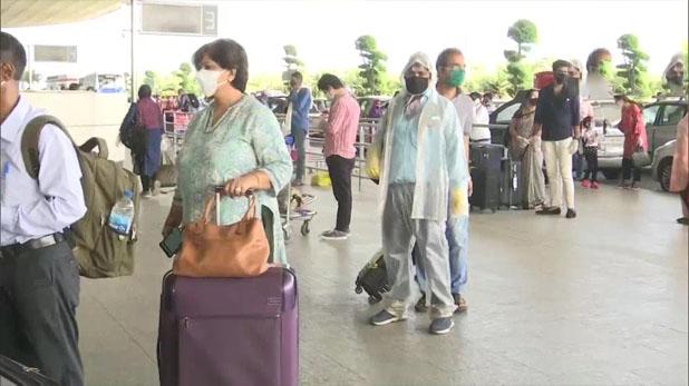 first day of domestic flight many flight cancel, घरेलू उड़ान शुरू होने के पहले ही दिन दिल्ली एयरपोर्ट पर 80 फ्लाइट कैंसिल, पैसेंजर परेशान