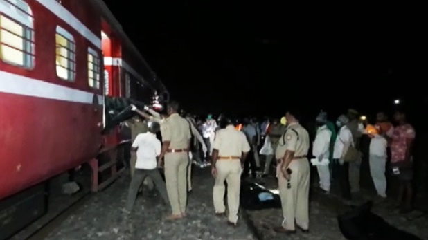 bodies of four people, यूपी के चंदौली में पटरी पर सोए लोगों के ऊपर से गुजरी ट्रेन, चार के मिले शव