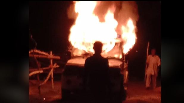 pratapgarh murder, प्रतापगढ़: प्यार के मामले में युवक को जिंदा जलाया, गुस्साए लोगों ने फूंकी पुलिस की गाड़ियां