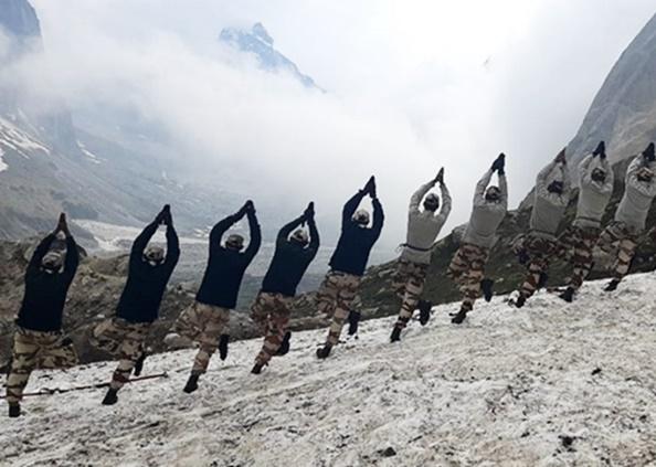 International Yoga Day, International Yoga Day: 18 हजार फीट की ऊंचाई पर जवानों ने किया योग, देखें Photos