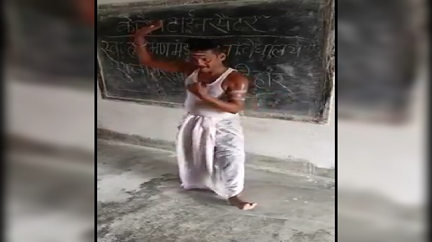 katihar quarantine migrant video, कटिहार: क्वारंटीन सेंटर में मजदूर का डांस वीडियो वायरल, किशोर कुमार की नकल से साथियों का मनोरंजन
