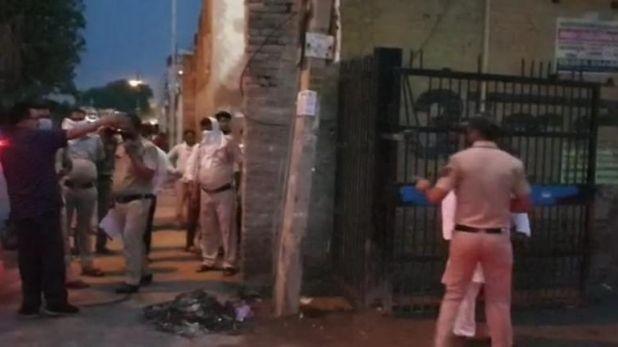 criminals looted businessman in delhi, दिल्ली में हथियारबंद बदमाशों ने दिनदहाड़े कारोबारी को लूटा, CCTV में कैद हुई पूरी वारदात