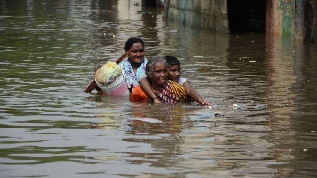 reality and real situation of flood, डूबती जान को तलाशते कैमरे… बाढ़ के रियलिटी शो और बाढ़ के रीयल हालात में कितना फर्क जानिए