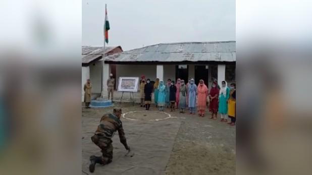 jammu kashmir girls Weapons training, जम्मू-कश्मीर: आतंकियों को मिलेगा करारा जवाब, लड़कियों को हथियार चलाने की ट्रेनिंग दे रही आर्मी