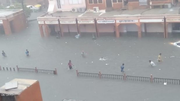 Jaipur Rain Submerged Pink City, Jaipur Rain: जलमग्न हुई पिंक सिटी, सड़कों से लेकर सरकारी दफ्तर तक हुए पानी-पानी, देखें तस्वीरें