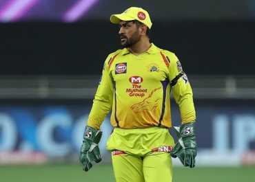 IPL 2020: दिल्ली के खिलाफ धोनी ने लिया 'सुपरमैन कैच', 9 फीट की डाइव लगाकर चौंकाया