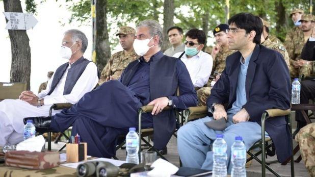 पाकिस्तान के विदेश मंत्री शाह महमूद कुरैशी और NSA मोईद यूसुफ
