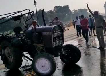 दिल्ली: इंडिया गेट पर ट्रैक्टर में लगाई आग, राजपथ तक पहुंचा नए कृषि कानूनों का विरोध