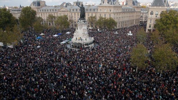 शिक्षक का गला काटने के विरोध में फ्रांस के लोगों का प्रदर्शन